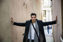 Młody człowiek naciskający między dwa ścianami Opresja, niepokój zdjęcie stock