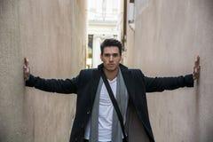 Młody człowiek naciskający między dwa ścianami Opresja, niepokój obraz stock