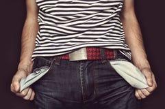 Młody człowiek obraca spodnie kieszeń obraz royalty free