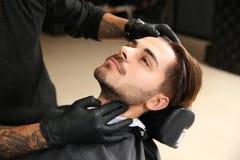 Młody człowiek odwiedza zakład fryzjerskiego obrazy stock