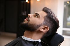 Młody człowiek odwiedza zakład fryzjerskiego obraz stock