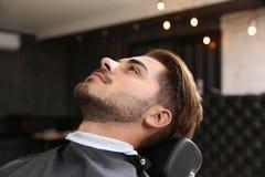 Młody człowiek odwiedza zakład fryzjerskiego zdjęcie stock