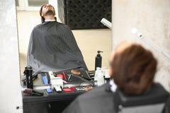 Młody człowiek odwiedza zakład fryzjerskiego obrazy royalty free