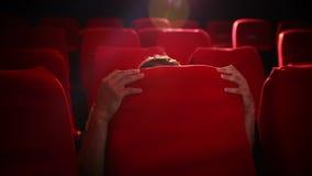 Młody człowiek ogląda strasznego film zbiory wideo