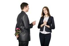 Młody człowiek opowiada jego dziewczyna zdjęcia royalty free