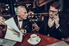 Młody Człowiek opowiada na telefonie na Biznesowym spotkaniu fotografia royalty free