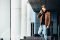 Młody człowiek opowiada na telefonie, używać smartphone, robi wezwaniu obraz stock