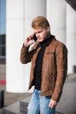 Młody człowiek opowiada na telefonie, używać smartphone, robi wezwaniu zdjęcie royalty free