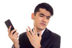 Młody człowiek opowiada na telefonie w kostiumu Obraz Royalty Free