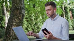 Młody człowiek opowiada na telefonie w parku fotografia stock