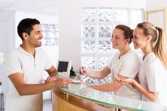 Młody człowiek opowiada z pielęgniarkami zdjęcie royalty free