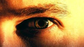 Młody człowiek otwiera jego zielonego oko Zakończenie strzał, ciepli zmierzchów kolory Obraz Stock