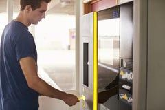 Młody Człowiek Płaci Dla Samochodowego parking Przy maszyną Obraz Royalty Free