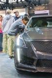Młody człowiek patrzeje Cadillac ` s wnętrze Fotografia Stock