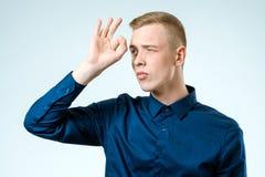 Młody człowiek patrzeje daleki na bielu obrazy royalty free