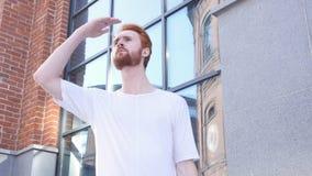 Młody Człowiek Patrzeje dla Coś, Szukający biuro, Czeka obraz royalty free