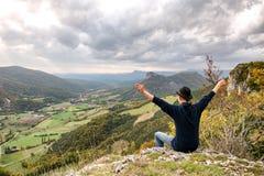 Młody człowiek patrzeje górę przy zmierzchem obraz royalty free