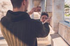Młody człowiek patrzeje go w łamanym lustrze Zdjęcie Royalty Free