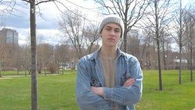 Młody człowiek patrzeje haughtily przy kamerą Nieformalny jest nierady zbiory