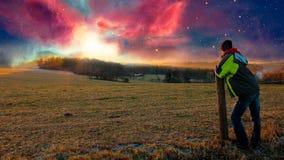 Młody człowiek patrzeje mgławica zmierzch, fotografii manipulacja royalty ilustracja