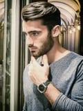 Młody Człowiek Patrzeje mod rzeczy w Sklepowym okno Fotografia Stock
