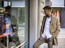 Młody Człowiek Patrzeje mod rzeczy w Sklepowym okno Zdjęcie Stock