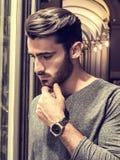 Młody Człowiek Patrzeje mod rzeczy w Sklepowym okno fotografia royalty free