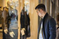 Młody Człowiek Patrzeje mod rzeczy w Sklepowym okno Obrazy Royalty Free