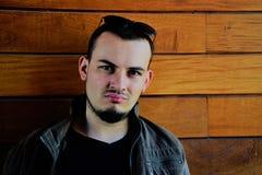 Młody człowiek patrzeje na kamerze z brodą Zdjęcie Royalty Free