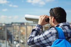 Młody Człowiek Patrzeje nad miasto panoramą Obraz Royalty Free