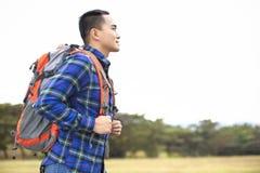 młody człowiek patrzeje naprzód z plecakiem fotografia royalty free