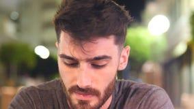 Młody człowiek pijący outside przy nocą zdjęcie wideo