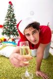 Młody człowiek pijący w domu po przyjęcia gwiazdkowego zdjęcia royalty free