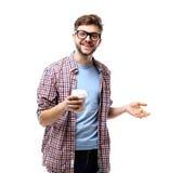 Młody człowiek pije kawowego portret Uśmiechnięty szczęśliwy męski student uniwersytetu z pić rozporządzalną kawę Fotografia Royalty Free