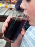 Młody człowiek pije koli obrazy royalty free