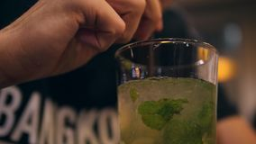 Młody Człowiek Pije Smakowitego Nowego Mohito koktajlu napój w noc barze 4K Slowmotion zbiory wideo