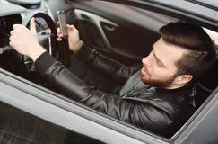 Młody człowiek pisać na maszynie wiadomość na smartphone Obrazy Stock