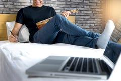 młody człowiek pisze muzyce lub piosence zdjęcie royalty free