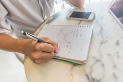Młody człowiek pisze robić liście w notatnika obraz royalty free