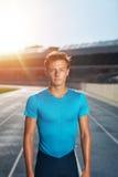 Młody człowiek po bieg na stadium biegowym śladzie Fotografia Royalty Free