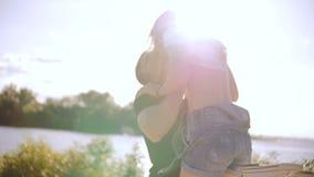 Młody człowiek podnosi młodej kobiety w jego rękach zbiory wideo