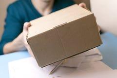 Młody człowiek podpisuje pakuneczki i listy Pojęcie serwis dostawczy urząd pocztowy Zdjęcie Royalty Free