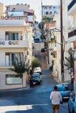 Młody człowiek podróżniczy badający cudzoziemskiego miasto Chania, Crete, Grecja fotografia stock