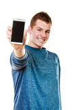 Młody człowiek pokazuje czarnego pustego telefonu ekran fotografia stock