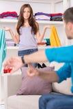 Młody człowiek pokazuje czas jego dziewczyna Zdjęcie Royalty Free