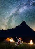 Młody człowiek pokazuje jego dziewczyn gwiazdy Milky sposób w nocnym niebie i Zdjęcie Royalty Free