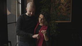 Młody człowiek pokazuje jego dziewczynie mądrze zegarek który ostatnio zdobywał, zdjęcie wideo