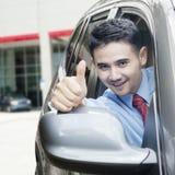 Młody człowiek pokazuje kciuk up w samochodzie Obraz Stock