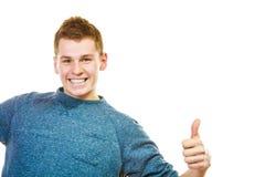 Młody człowiek pokazuje kciukowi up ręka znaka gest Obrazy Stock
