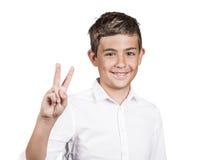 Młody człowiek pokazuje numer dwa podpisuje, pokoju gest Obrazy Stock